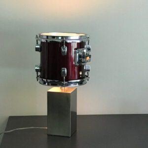 Staande wijnrode drumlamp met stoere rvs voet