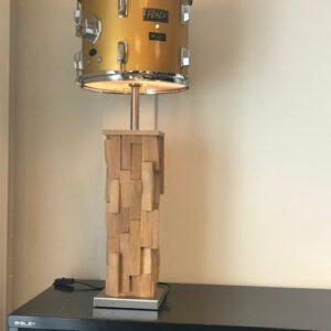 Staande drumlamp met stoere design houten voet