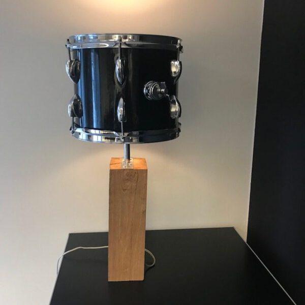 Zwarte staande drumlamp met ruige eiken houten voet