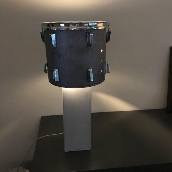 Staande drumlamp met stoere betonlook lampvoet